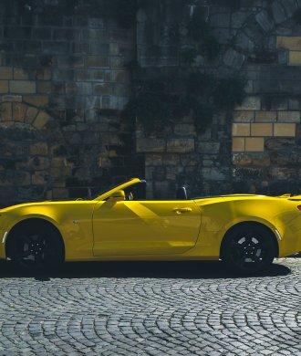 2016 Chevrolet Camaro SS V8 Cabriolet Bright Yellow Stadtmauer Maastricht Fußgänger Motion Bewegung gelb Musclecar Ponycar Adrian Bugaj
