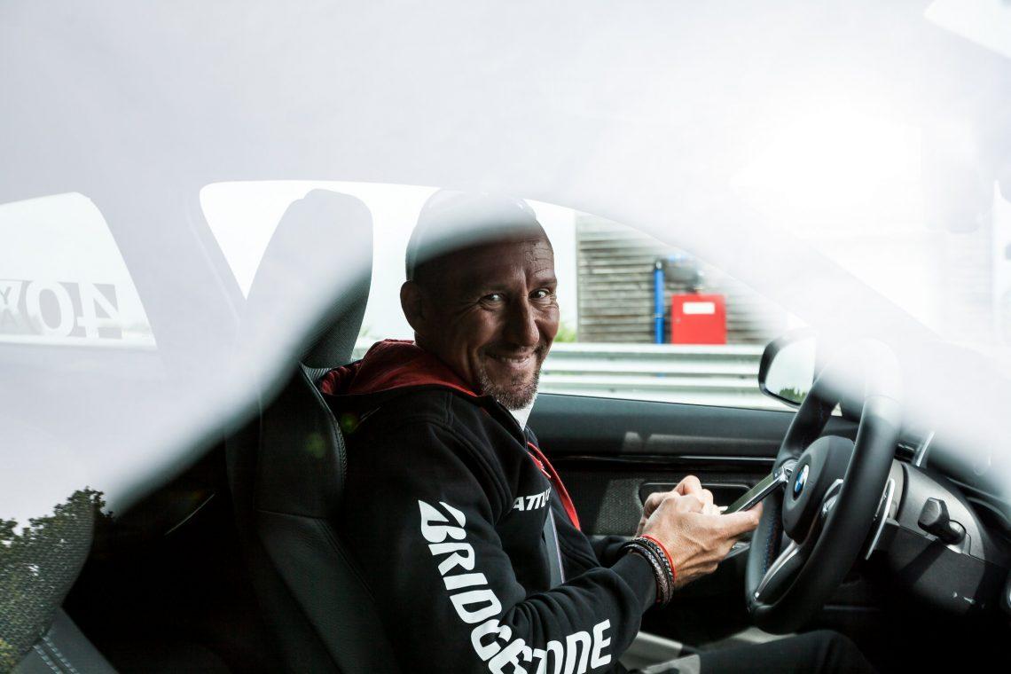 BMW M Intensive Training Bilster Berg Christian Mathes Bridgestone Hoodie BMW M4 Steuer Lachen Grinsen