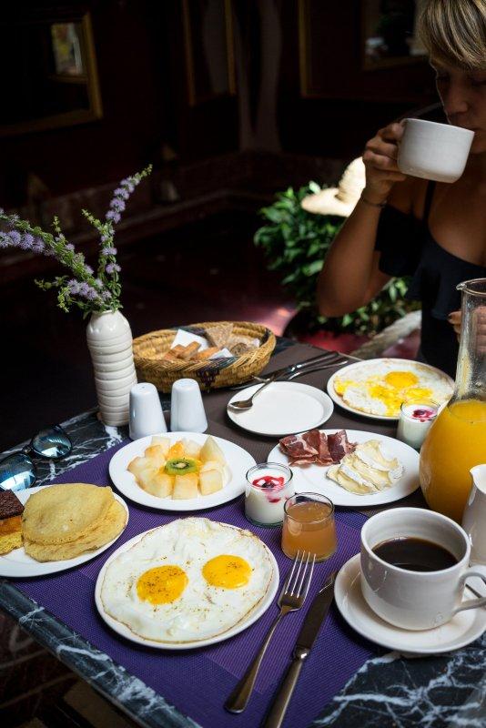 riad karmela breakfast spiegelei melone pancakes kaffee orangensaft tisch