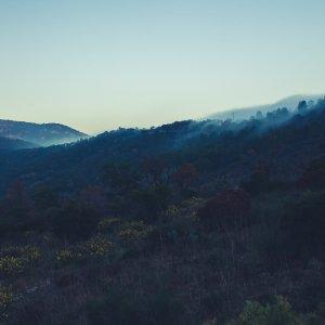 Rollende Nebel im Gebirge