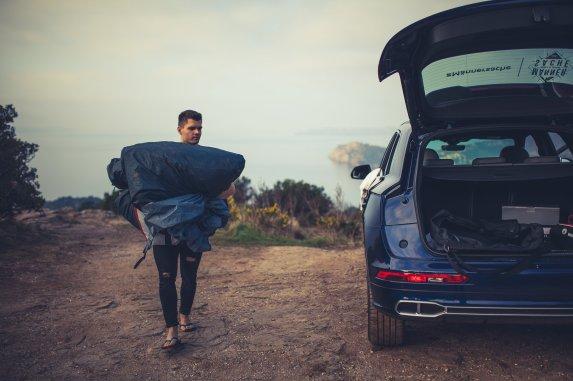 Stefan packt Zelt zusammen