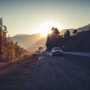 Audi SQ5 Sonnenuntergang Herbst Bäume Frankreich Berge