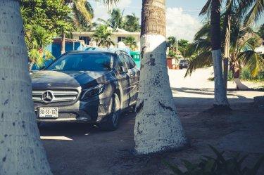 Mercedes-Benz GLA auf Sand vor Palme