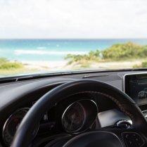 Mercedes-Benz GLA Armaturenbrett mit Strand im Hintergrund