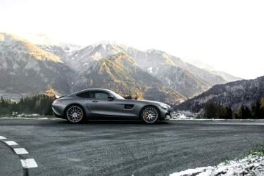 Sportwagen Grau Berge Strasse Wiese Sonnenschein Schnee