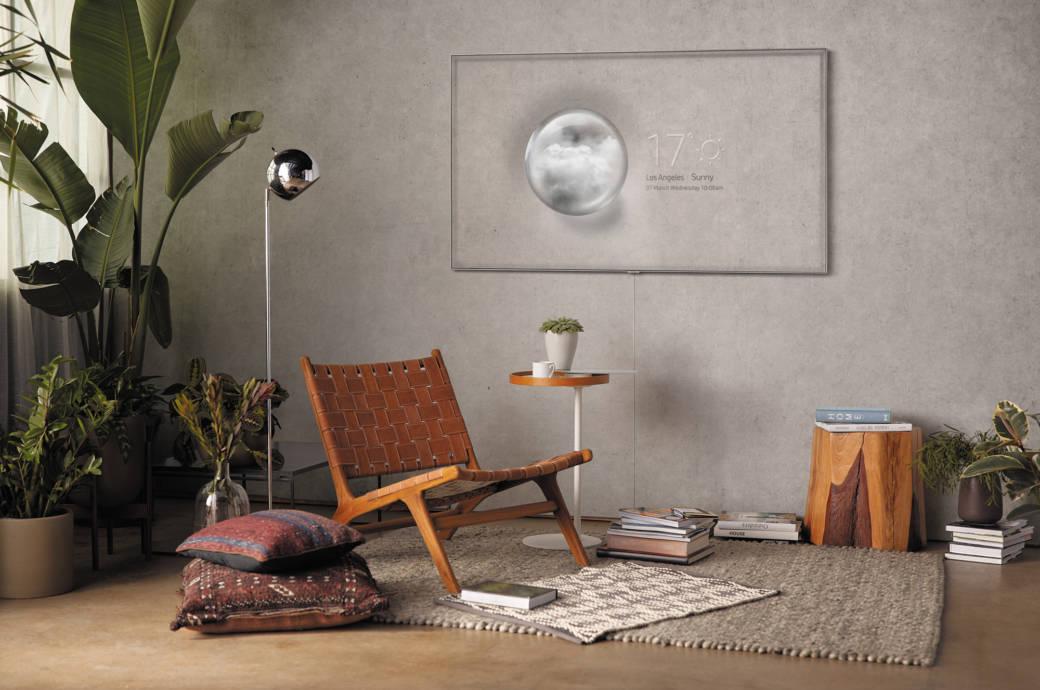 Samsung QLED TV Ambient Mode Stuhl Lampe Kissen Wohnzimmer Beton Palme