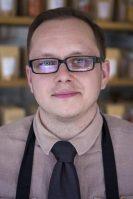 Er husets bager, og det er ham, der til daglig passer den lille butik på Nørrebro. Efter at han færdiggjorde sin bageruddannelse i 2002, flyttede han til København, hvor han gik i lære som konditor i Kransekagehuset. Han fandt dog ud af, at det ikke var det, han skulle beskæftige sig med resten af livet.  Valget faldt på krydderier. Årsagen var glæden ved mad - især det vegatariske køkken, og ønsket om selv at kunne sikre kvaliteten af de urter og krydderier, som indgår i madlavningen.