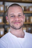 Står for produktion, produktudvikling og lager. Det er hans job løbende at sikre, at kvaliteten er i top.  Han er født og opvokset i Vestjylland, hvor madglæden meldte sig i en ung alder. Flyttede til København i 2007 for at studere på KU.  Gennem 3 år har Thomas stået for krydderiproduktionen i en stand i Torvehallerne og har udviklet blandinger for bl.a. Årstiderne og Skagen Food.  I dag sikrer han løbende, at kvaliteten hos Mandala er kompromisløst i top.