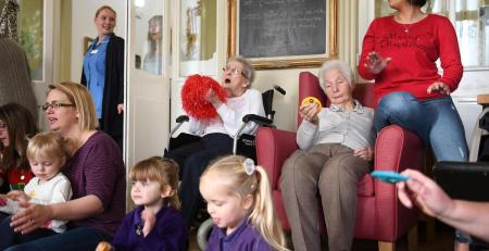 Toddlers visit nursing home residents to play Christmas music - MTG UK