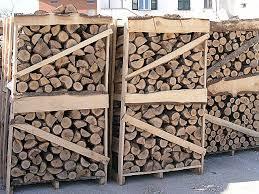 Bancali di legna di faggio tagliata per la stufa e per il camino