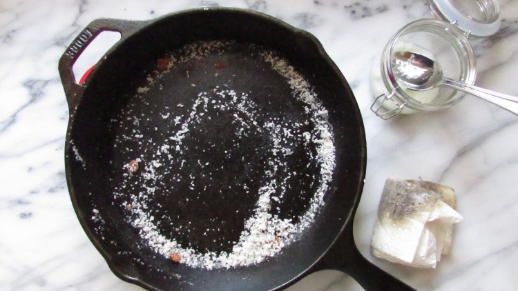 cleaning-a-cast-iron-skillet