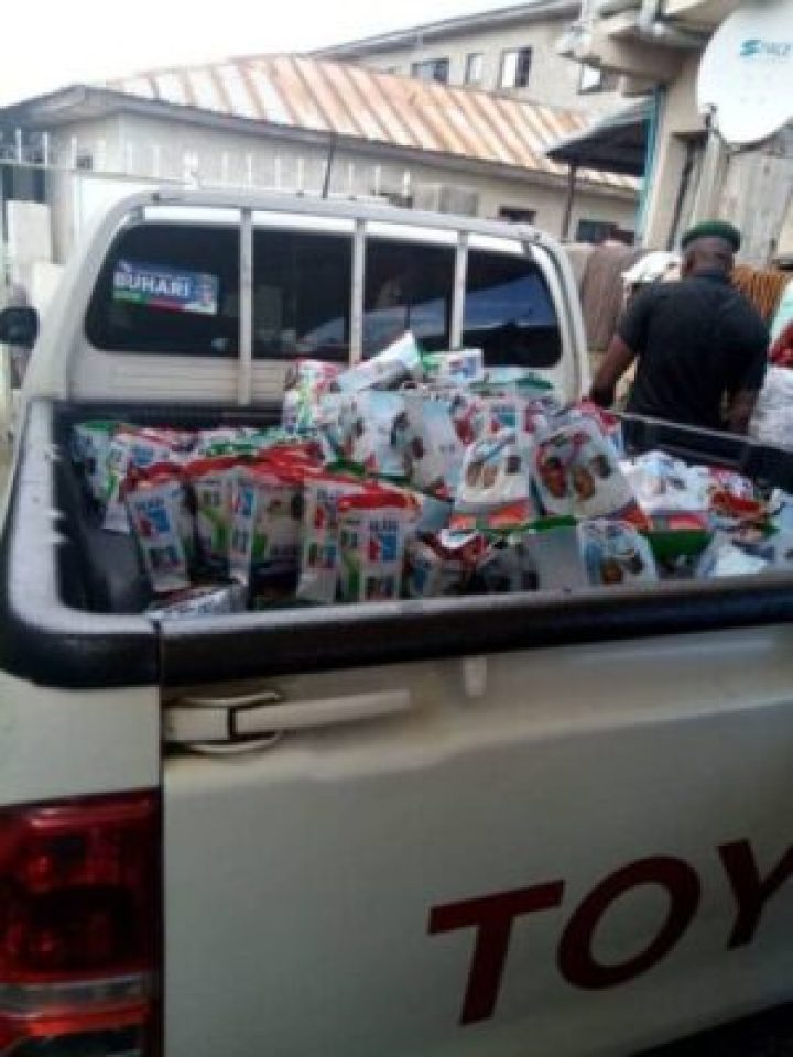 dkt9ee8wsae0i45 #Lokojakotodecides: APC Sharing Salt,Onions & Maggi In A Customized Bags (Photos)