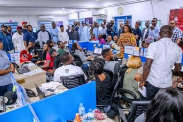 D0RoTCSWsAIIPn8-1024x683 President Buhari Visits APC Situation Room In Abuja (Pictures)
