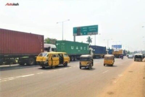 ca90a491-0b6e-422f-857a-a8001bdb6c101661667205 More Photos Of The Return Of Parked Trucks On Bridges In Lagos