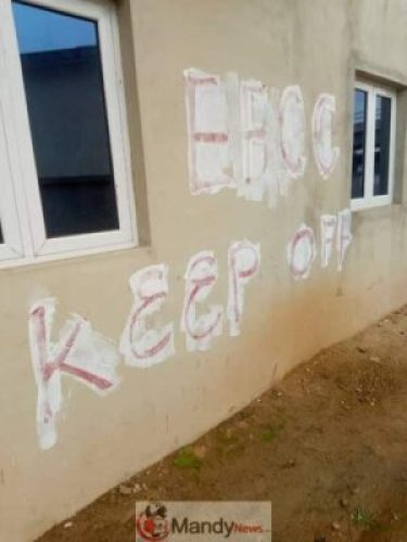 9623084_fbimg1560507175221_jpegbdc02beed09dfe481decbda2a4649003 EFCC Officials Spotted Cleaning Marks On Houses They Claimed Belong To Fayose