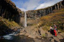 La caminata fins a la cascada Svartifoss és un agradable passejada
