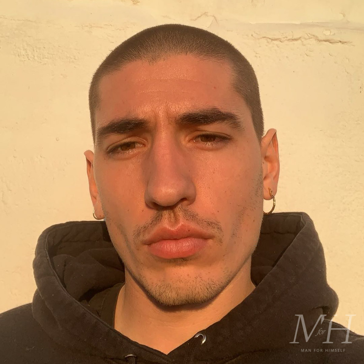 hector-bellerin-hair-shaved-head-lockdown-2020-buzzcut-man-for-himself