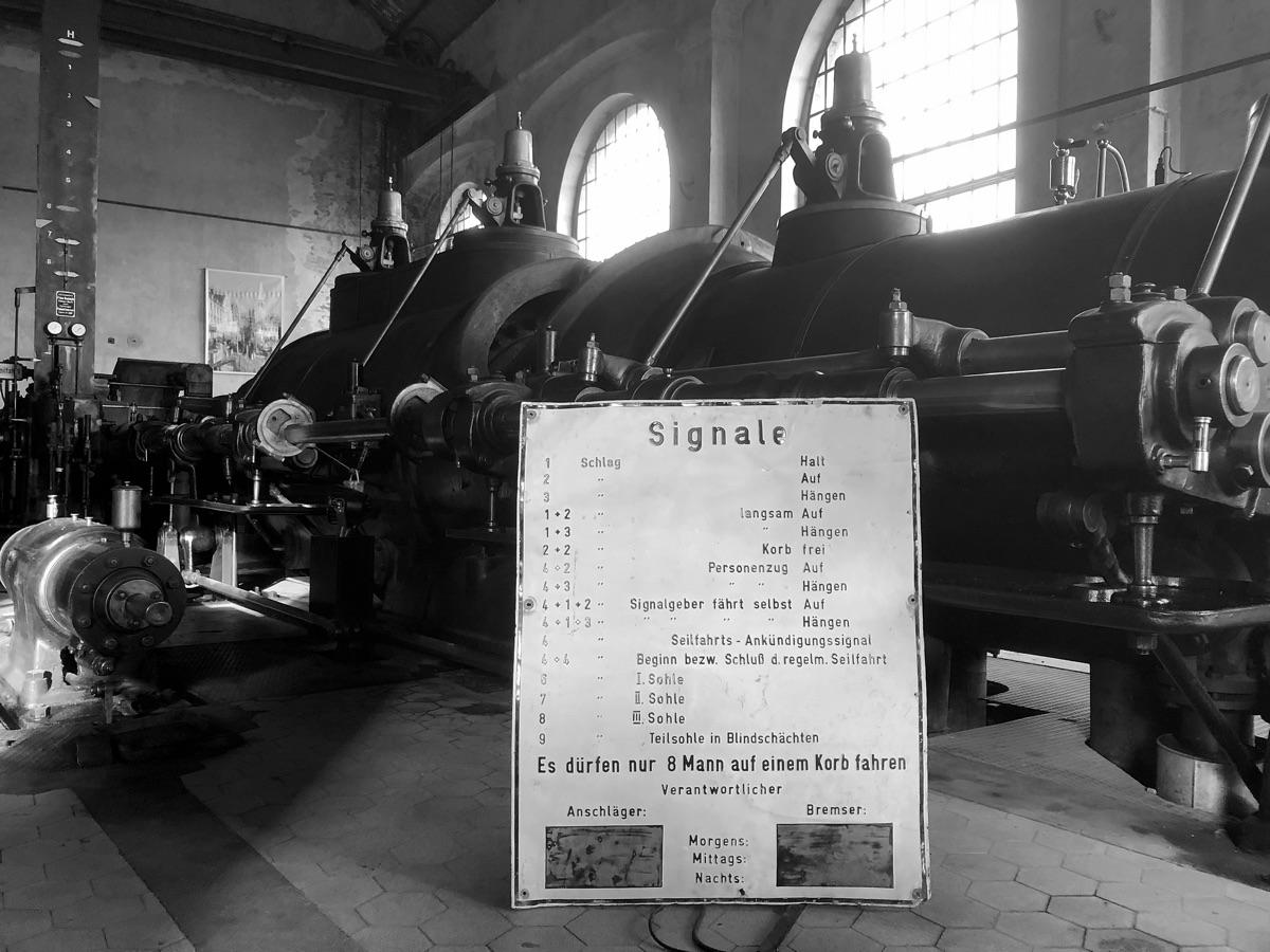Anschlagtafel vor Dampffördermaschine in Maschinenhalle auf Fürst Leopold