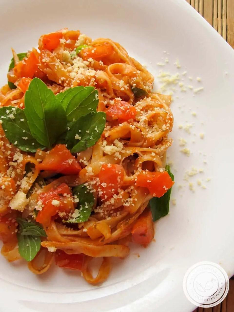 Macarrão com Molho de Tomate e Manjericão - uma refeição caseira e super simples de fazer.
