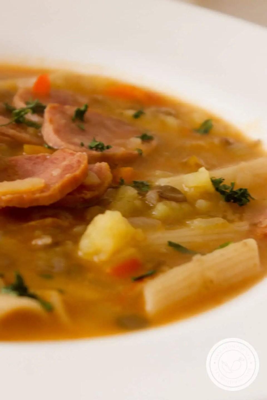 Receita de Sopa de Lentilha com Linguiça Calabresa- um prato nutritivo e delicioso para toda a família.