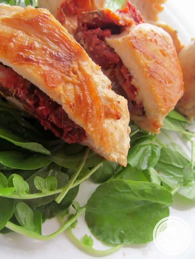 Frango Recheado com Tomate Seco e Queijo - veja um delicioso prato para um jantar romântico!