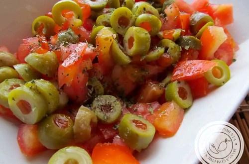 Salada de Tomate e Azeitona - para um almoço delicioso em dias quentes!