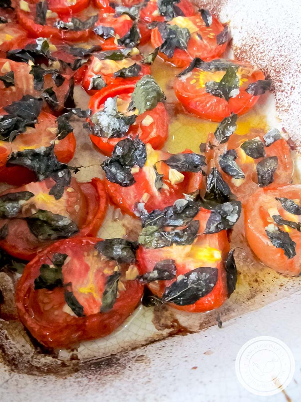 Macarrão e Tomates Assados - um prato caseiro perfeito para o final de semana com a família!