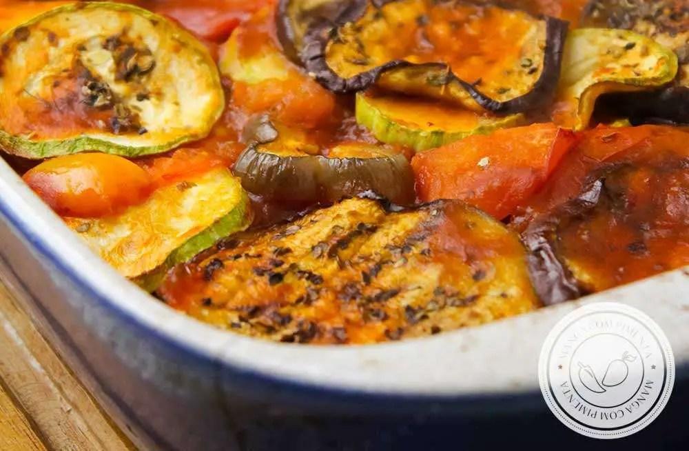 Receita de Ratatouille - um prato francês vegetariano que é muito fácil de fazer e delicioso de comer.