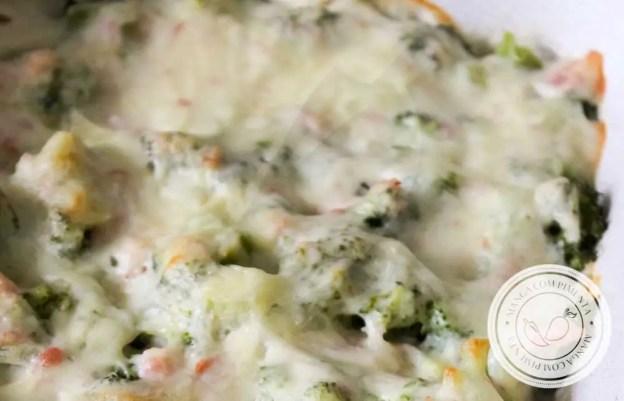 Receita de Brócolis com Queijo Gratinado, um prato delicioso e fácil de fazer para o almoço da semana!