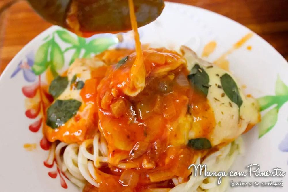 Frango cozido no Molho de Tomate, Queijo e Manjericão