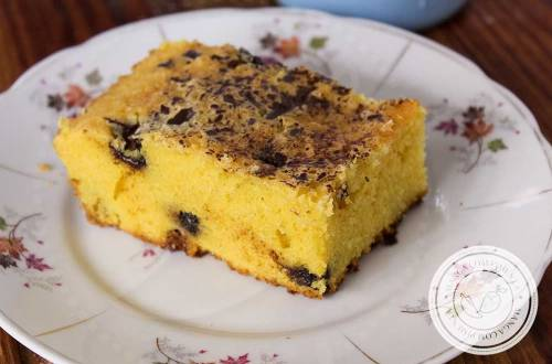 Receita de Bolo de Fubá com Gotas de Chocolate Amargo - prepare um lanche delicioso para o chá da tarde.