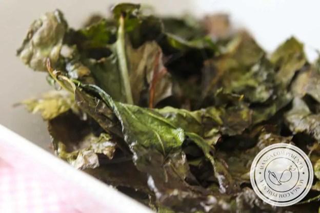Receita de Chips de Couve Assada - um petisco caseiro e nutritivo!