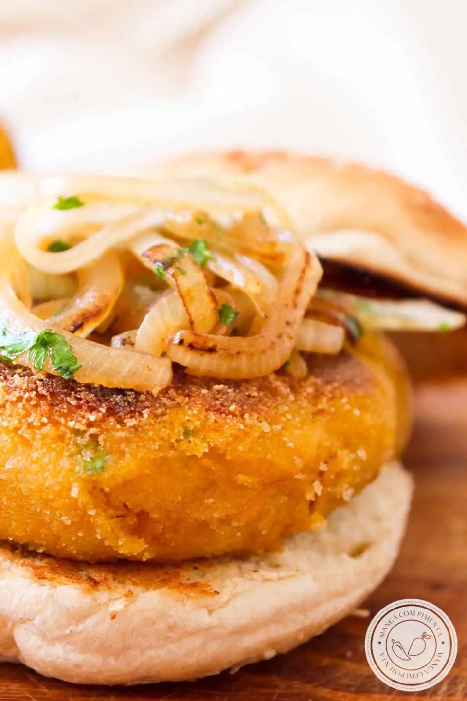 Receita de Hambúrguer de Abóbora - um prato vegetariano para lanchar nesse final de semana com a família e os amigos!