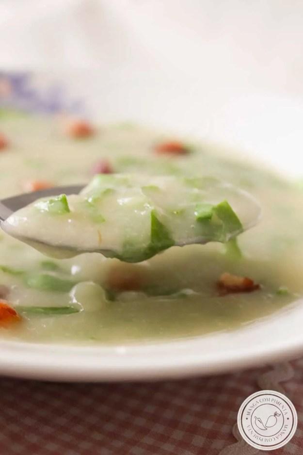 Receita de Sopa Cremosa de Mandioca com Couve e Bacon - um prato quentinho para os dias frios!