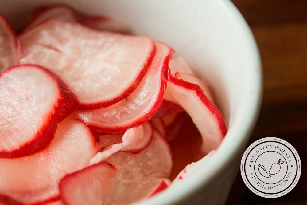 Receita de Picles de Rabanetes Express - prepare para servir na salada ou para acompanhar o lanche no final da tarde!