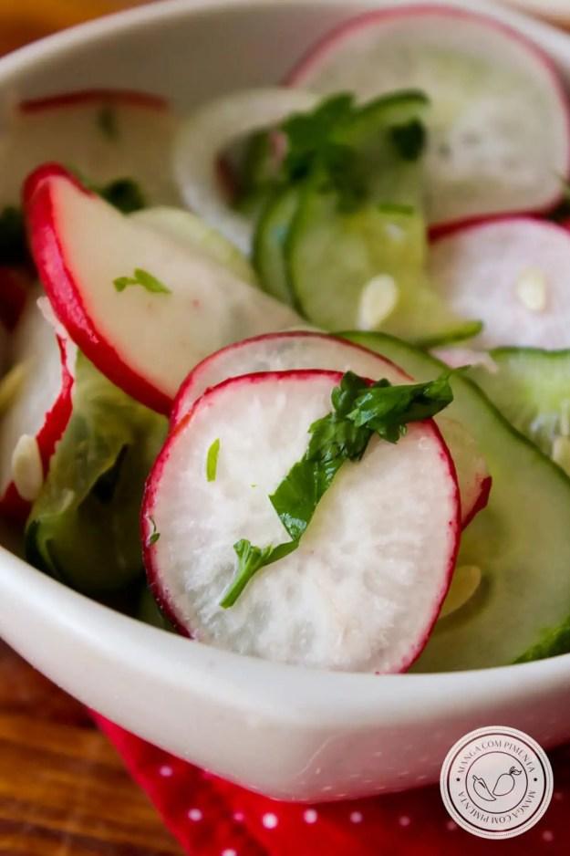 Receita de Salada de Pepino com Rabanete - com a chegada dos dias quentes, prepare um prato saboroso e refrescante para o almoço.