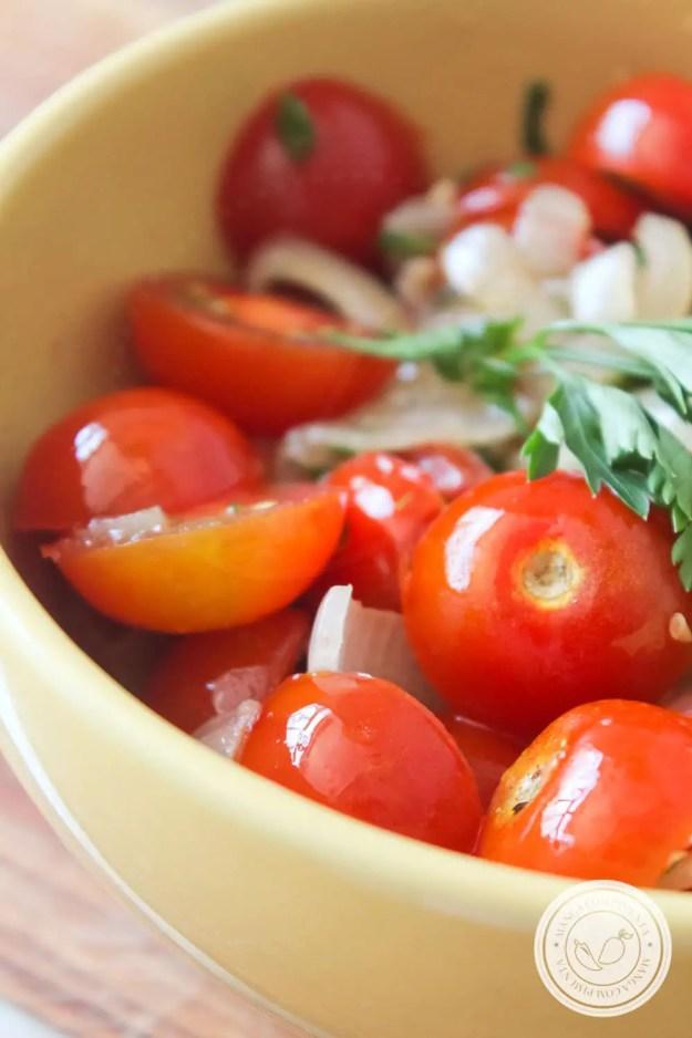 Receita de Salada de Tomate Cereja à Provençal - prepare esse prato simples e delicioso para as Festas de Final de Ano!