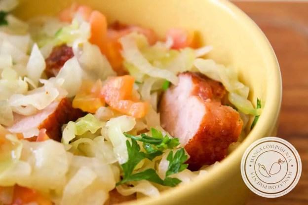 Receita de Repolho Refogado com Linguiça de Churrasco - prato delicioso e de uma panela para fazer em casa!