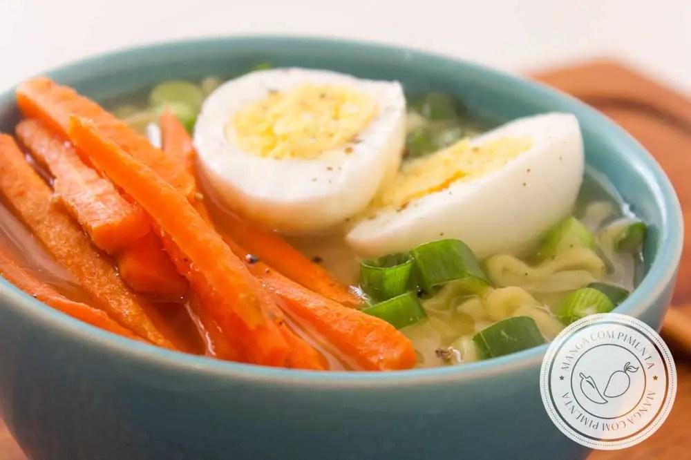 """Receita de Ramen Simples """"Cura Ressaca"""" - prepare essa delícia em casa em dias frios, em dez minutos está pronto!"""