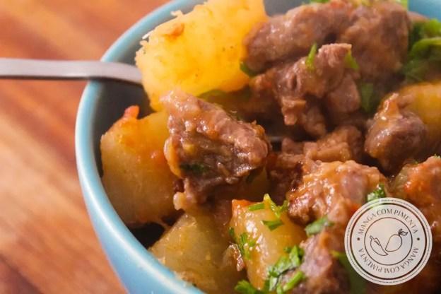 Receita de Acém Atolado | Carne de Segunda com Mandioca - prepare um prato nutritivo para a sua família em dias frios.