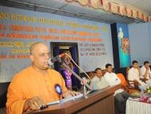 0048 Swami Veereshanandaji Maharaj delivering presidential remarks