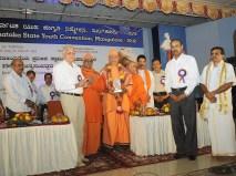 0148 Sri Anantakrishna felicitating Srimat Swami Vishwatmanandaji Maharaj