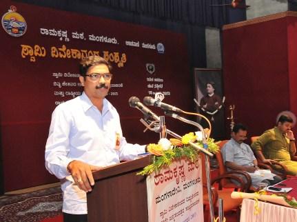 169 Sri Raveendra , Member, Manangement Committee, Vivekananda College, Puttur addressing the Youth