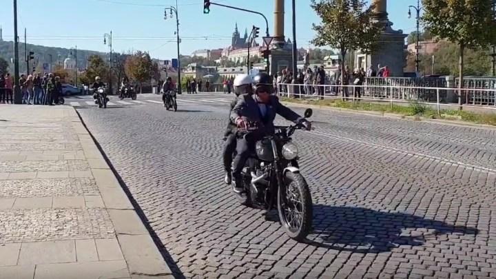 Gentlemani na motorkách projeli včera centrem Prahy, podívejte se na video