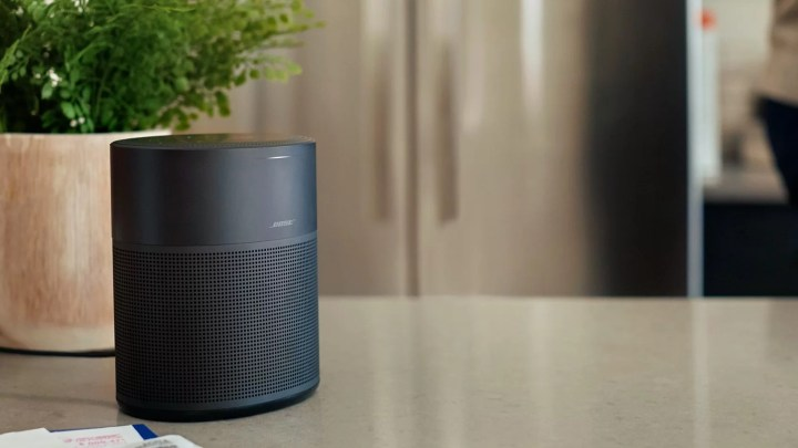 Bose rozšiřuje rodinu chytrých reproduktorů: Home Speaker 300 s hlasovými asistenty, 360° zvukem a AirPlay 2