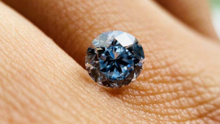 V Česku byl za pět milionů prodán unikátní diamant barvy Fancy Intense BLUE