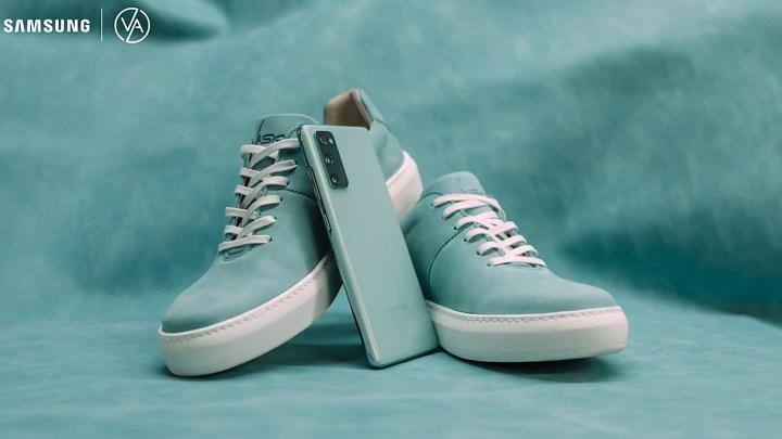 Vylaďte svůj outfit. Při nákupu telefonu Samsung Galaxy S20 FE získáte boty Vasky Teny ve stejné barvě