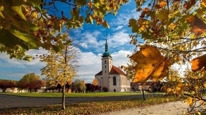 Kam vyrazit na výlet na Mostecku? Nabízí se okruh, jezero, Terezínský památník a mnoho dalšího