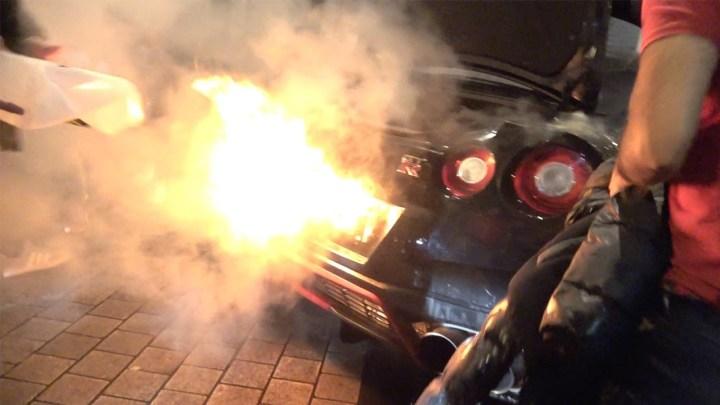 Pro pobavení lidí létaly zvýfuku upraveného Nissanu GT-R plameny. Nakonec auto zapálily