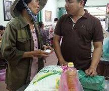 Một hành động rất đẹp và xúc động từ cô mua ve chai nghèo
